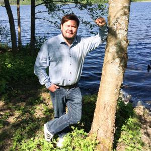 Janne Kataja järven rannalla