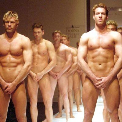 Lähes alastomia miehiä.