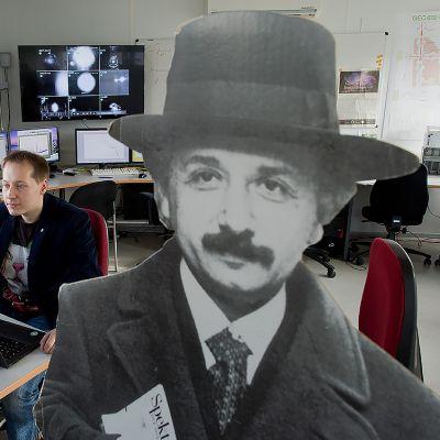 Holger Wittel istuu työpöytänsä ääressä.
