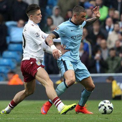 Aston Villan Jack Grealish ja Manchester Cityn Alexandar Kolarov kamppailevat pallosta.