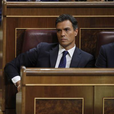 Kuvassa sosialistijohtaja Pedro Sánchez istuu Espanjan parlamentissa.