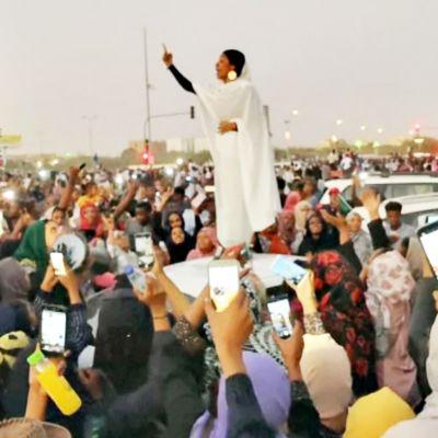 Mielenosoittajia Sudanissa.