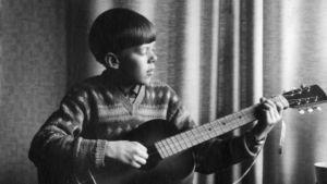 14-vuotias Mikko Alatalo soittaa kitaraa.