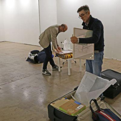 Espacio Mínimon galleristit Luis Valverde Espejo ja José Martinez Calvo pakkaavat teoksia.
