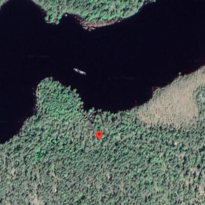 Palopaikka on merkitty punaisella täpällä metsäiselle seudulle Google Mapsiin.