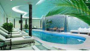 Swimmingpool med solstolar på sidorna.