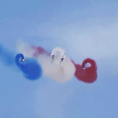 Ranskan ilmavoimien taitolentoryhmä Patrouille De France temppuili taivaalla
