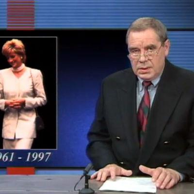 En nyhetsuppläsare och en bild på prinsessan Diana