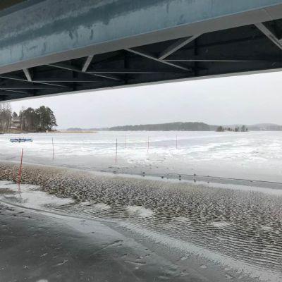 Finland Ice Marathonin rata sillan alla ja radalle noussutta vettä.