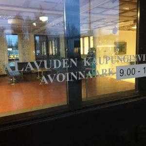 Opaste Alavuden kaupungintalon ovessa