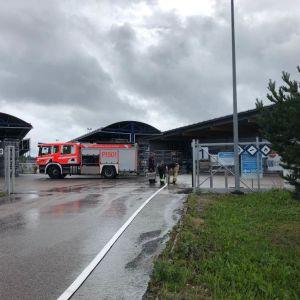 Paloauto kaasupullojen täyttöasemalla Pirkkalassa.