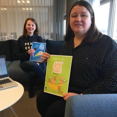 Etualalla Oulun kaupunginkirjaston vastaava informaatikko Elina Kauppila, taaempana opettaja Sanna Alalauri.