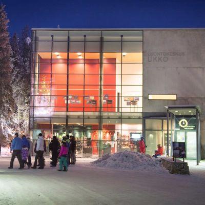Kolin luontokeskus Ukko talvella iltavalaistuksessa.