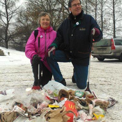 Kaija ja Ilkka Erkkilä keräsivät aamulenkillään pari kassia roskia Hämeenlinnasta