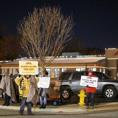 Mielenosoittajia Fergusonin poliisitaloa vastapäätä.