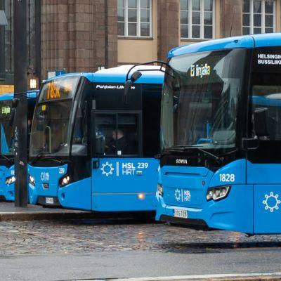 HSL:n linja-autoja rautatientorilla.