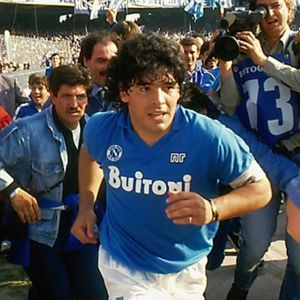Diego Maradona springer in på fotbollsplanen i Neapel för första gången.