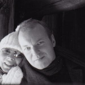 Kuva on otettu tulevan puolison Helin kanssa maaliskuussa 2006 filmikameralla Sörnäisissä. Jäätynyt satama-allas mahdollisti kävelyn mereen pystytetyn, laivojen kiinnittämisessä käytetyn pollarin sisään. Pollari on Kotron elämän kiinnekohtia.