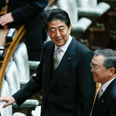 Japanin pääministeri Shinzo Abe (keskellä) ja kauppaministeri Yoichi Miyazawa (oikealla) Tokiossa 26. joulukuuta 2014.