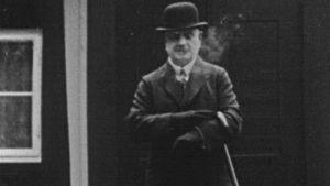 Jean Sibelius kävelykeppeineen kotinsa edustalla 1945