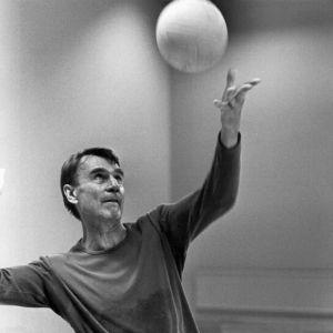 Svartvit bild på mauno koivisto som spelar volleyboll den 13 september 1981.