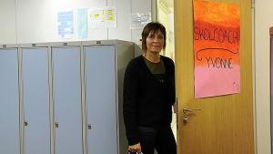 Yvonne Backman, skolcoach i Närpes högstadieskola, står utanför dörren till sitt rum
