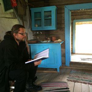Taiteellinen johtaja Taito Hoffrén laulaa Haikolan sähköttömässä kylässä säkeitä Kalevalan ensimmäisestä versiosta