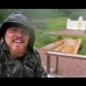Panu Mikkola viettää kesänsä kesäteatterin ohjaajana.