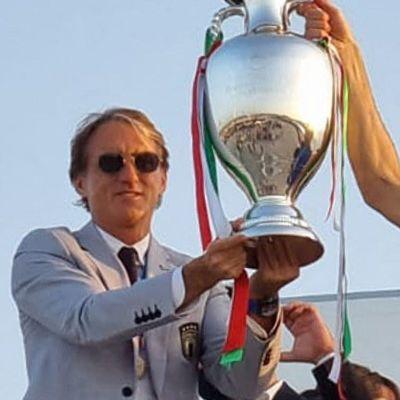 Roberto Mancini och Giorgio Chiellini står framför flygplanet med pokalen.