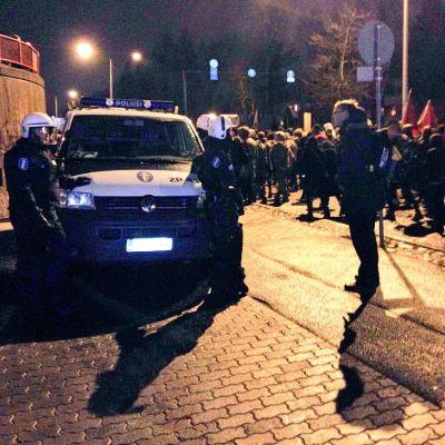 Kulkue etenee metrolle, poliisi seuraa tilannetta.