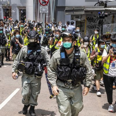 Hongkongin poliisi poistamassa mielenosoittajia kaduilta. 27.5.2020.