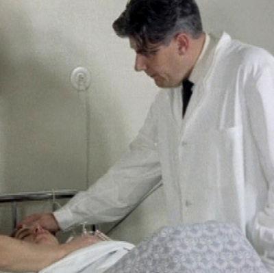 Hypnoterapeutti Leo Hildén avustaa synnytyksessä (1962).