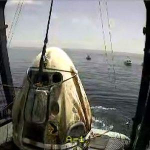 Avaruuskapseli nostettuna pelastusaluksen kannelle.