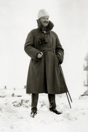 Kuva Mannerheimistä lumihangessa nauramassa.
