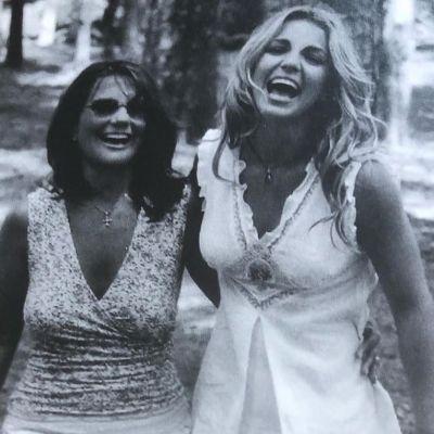 Svartvit bild av Britney Spears tillsammans med sin mamma Lynne.