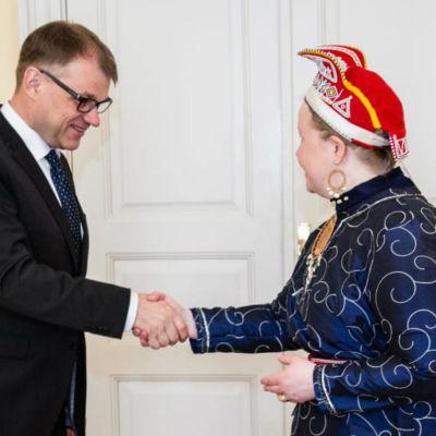 Statsminister Juha Sipilä och Sametingets ordförande Tiina Sanila-Aikio den 5.5.2017