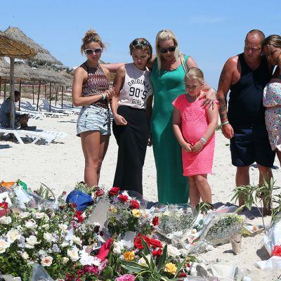 Brittiläisiä turisteja suremassa hotelli Imperial Marhaban rannalla tehdyn terroristi-iskussa menehtyneitä 30. heinäkuuta
