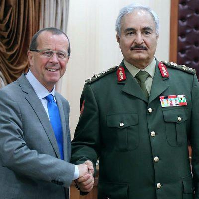 YK:n lähettiläs Martin Kobler sekä Libyan armeijan komentaja Khalifa Haftar al-Marj'n kaupungissa Libyassa keskiviikkona.