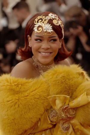 Rihanna poseeraa Met Galan punaisella matolla toukokuussa 2015 keltaisessa luomuksessa. Kuva dokumenttielokuvasta Toukokuun ensimmäinen maanantai.