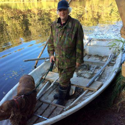 Aarne Tervo ja Sipe-koira veneessä Temmesjoella.
