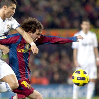 Ronaldo ja Messi kamppailevat pallosta.