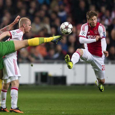Celticin Anthony Stokes (vas.) sekä Ajaxin Davy Klaasen (kesk.) ja Lasse Schöne (oik.) pelitilanteessa.