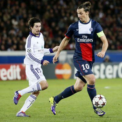 PSG:n Zlatan Ibrahimovic (oik.) pitää palloa. Anderlechtin Sacha Kljestan (vas.) seuraa.