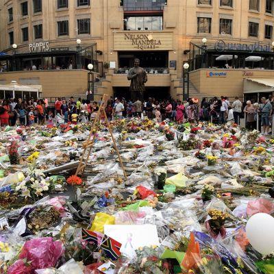 Kukkia Nelson Mandela -aukiolla Johannesburgissa.