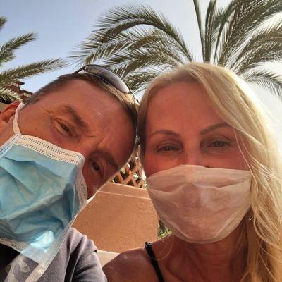 Pariskunta hengitysmaskit kasvoillaan.