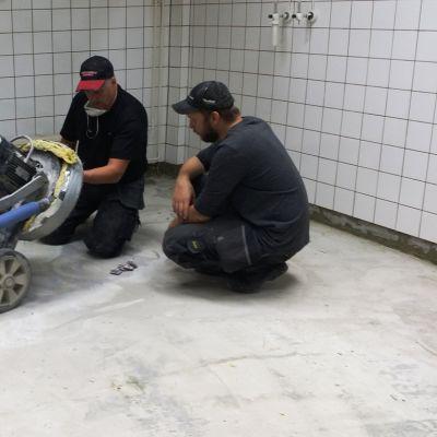 Jorma Valkonen ja Tarmo Sieppi huoltavat hiomakonetta