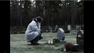 Ingela Hjulfors Berg vid sin pappas grav.