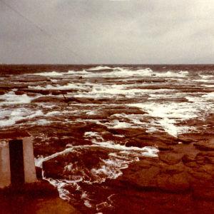 Meri kuohuaa ja huuhtoutuu kallioiden yli.