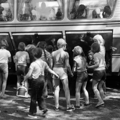 Vanha mustavalkoinen kuva lapsista, jotka saapuivat kesäsiirtolaan.