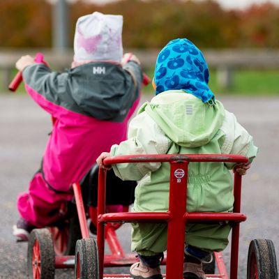 kaksi lasta pyöräilee